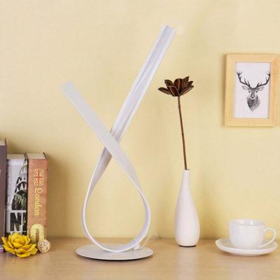 Moderná LED stolová lampa SLUČKA v zlatej farbe s LED pásom. Stolové lampysúdokonalým pomocníkom na Váš pracovný stôl