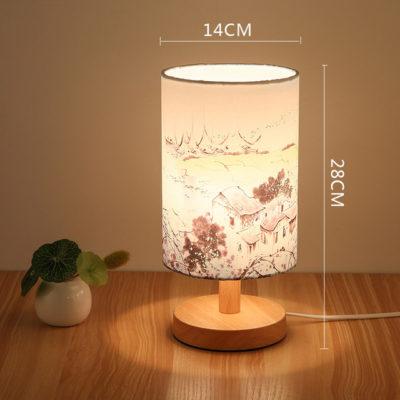 Stolová drevená lampa so spínačom a vzorom krajiny. Táto stolová lampa je vyrobená ručne z kvalitného dreva (1)