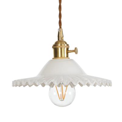 Svietidlo s nastaviteľnou výškou kábla a dekoračným skleneným tienidlom v bielej farbe